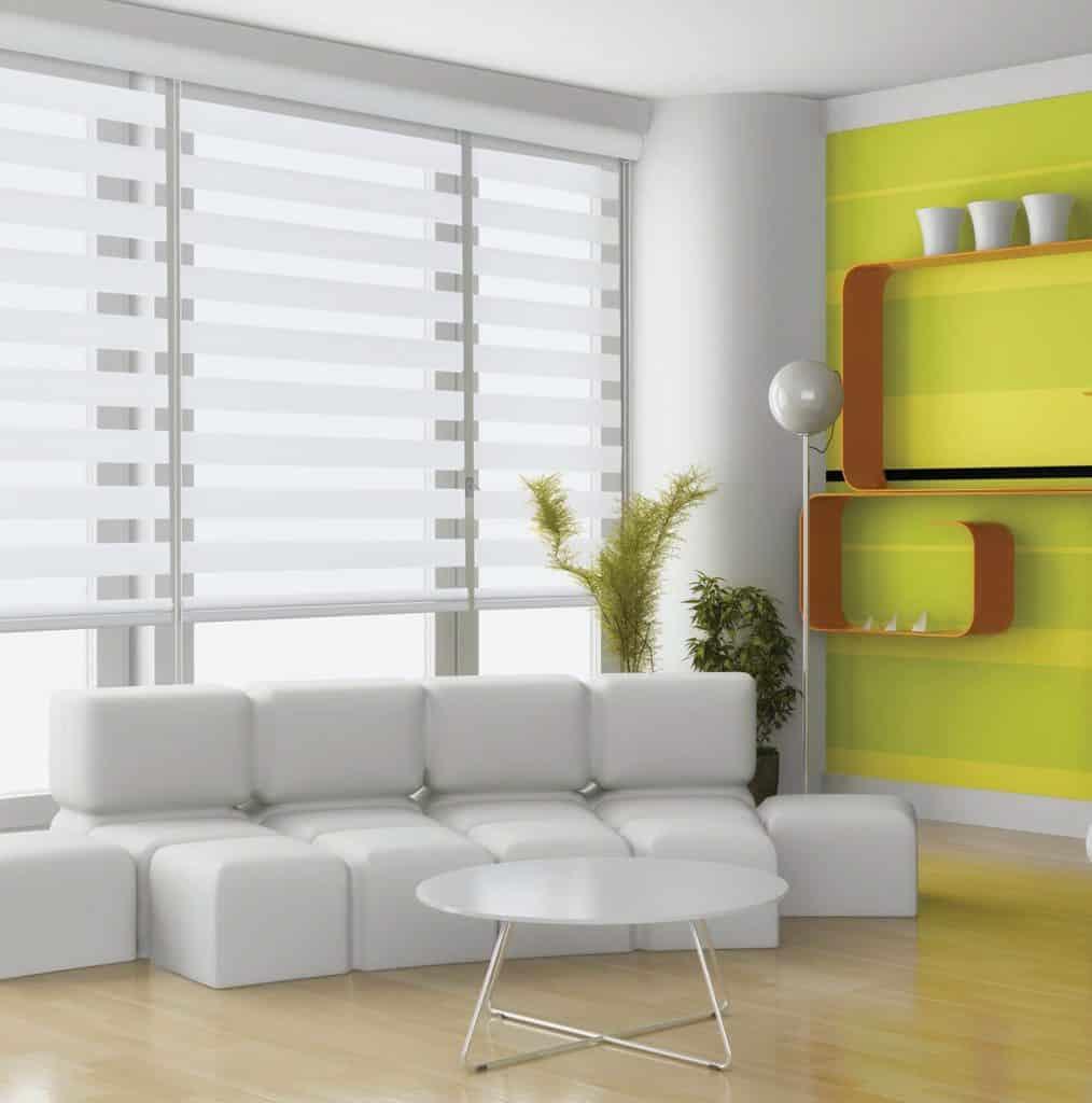 image salon divan blanc et stores alternés blanc