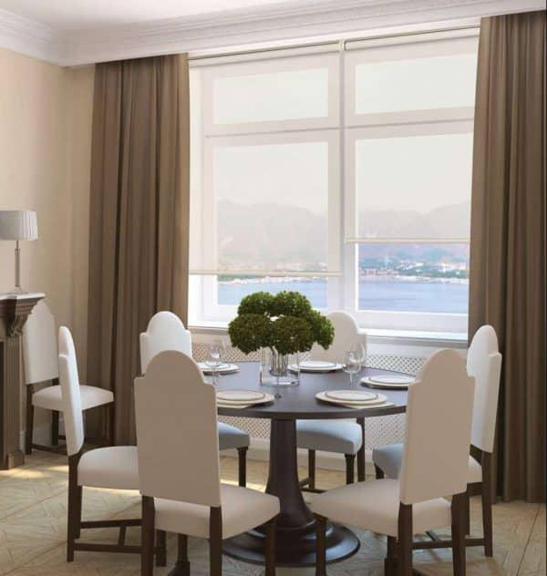 image d'une salle a manger vu sur l'Eau avec deux toile solaire